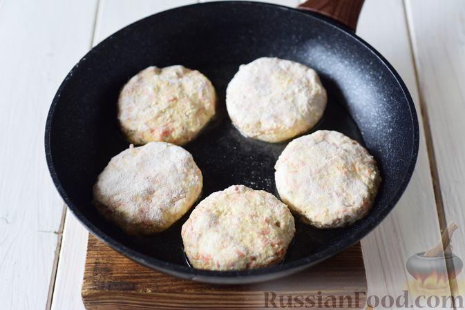Фото приготовления рецепта: Творожные сырники с овсянкой, морковью и сыром - шаг №7