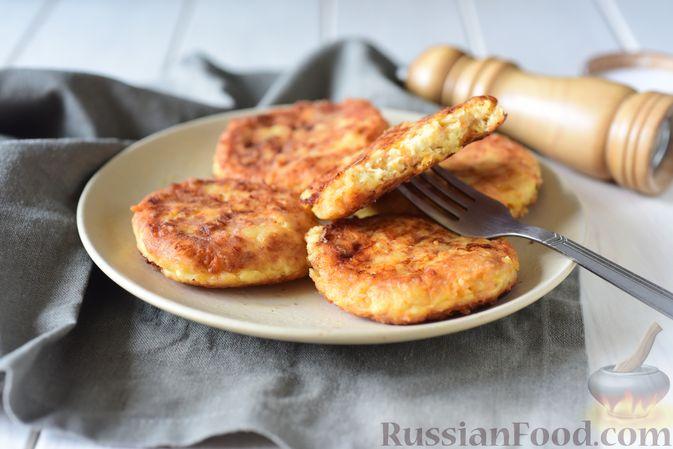 Фото приготовления рецепта: Творожные сырники с овсянкой, морковью и сыром - шаг №10