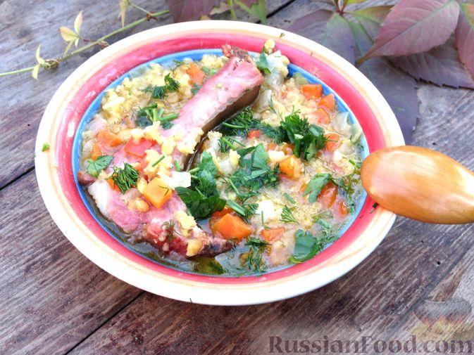 Фото приготовления рецепта: Чечевица с копчёными рёбрышками и овощами (на сковороде) - шаг №9