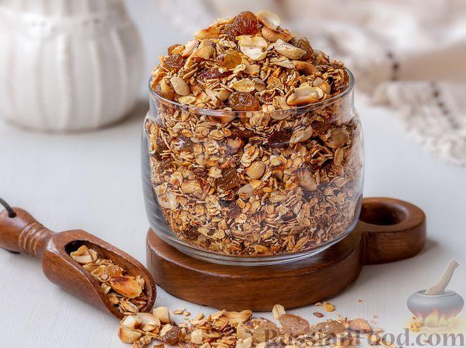 Фото приготовления рецепта: Гранола с орехами, изюмом и мёдом (на сковороде) - шаг №7