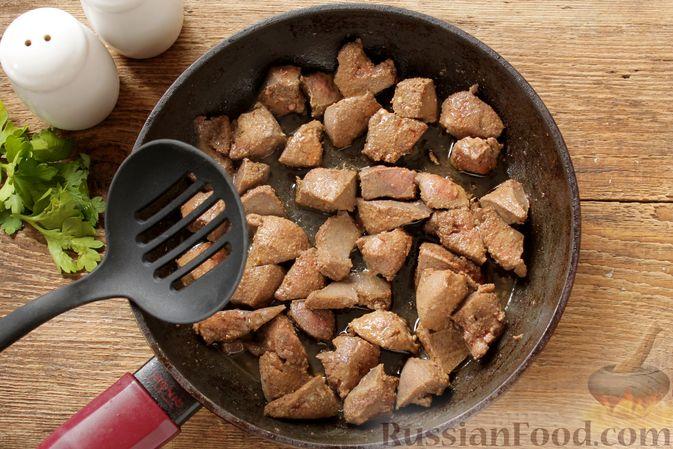 Фото приготовления рецепта: Куриная печень, тушенная с тыквой в сливках - шаг №3