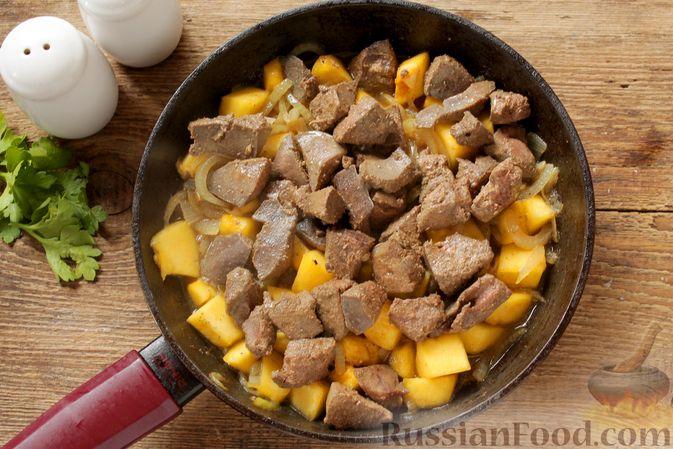 Фото приготовления рецепта: Куриная печень, тушенная с тыквой в сливках - шаг №7