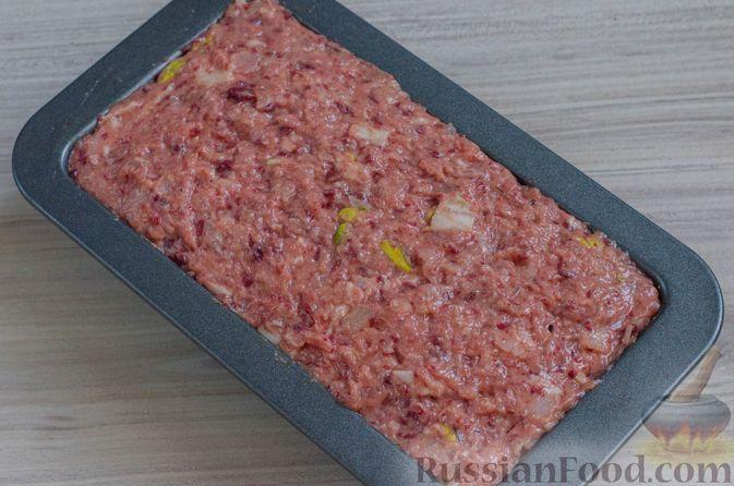 Фото приготовления рецепта: Мясной террин с черносливом и фисташками - шаг №14