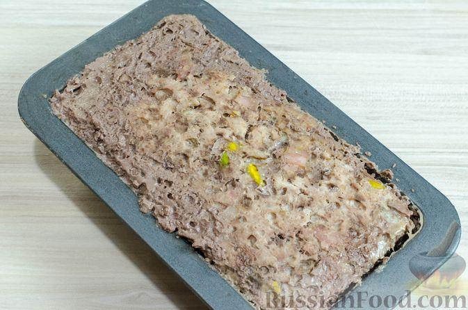 Фото приготовления рецепта: Мясной террин с черносливом и фисташками - шаг №17