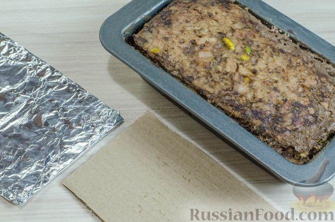 Фото приготовления рецепта: Мясной террин с черносливом и фисташками - шаг №18