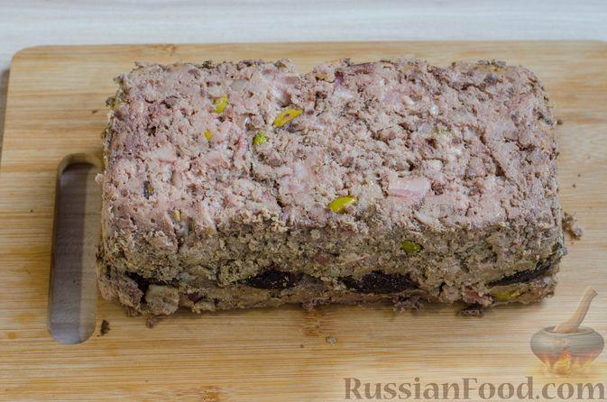 Фото приготовления рецепта: Мясной террин с черносливом и фисташками - шаг №22
