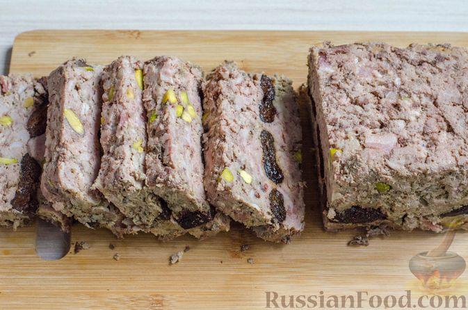 Фото приготовления рецепта: Мясной террин с черносливом и фисташками - шаг №23