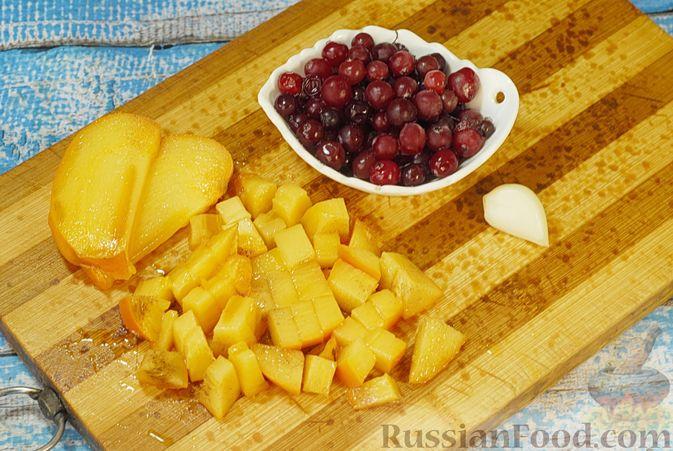 Фото приготовления рецепта: Жареная свинина с соусом из хурмы и клюквы - шаг №2