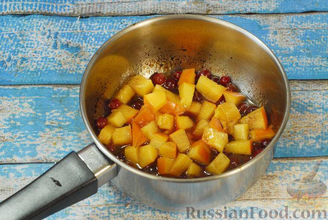 Фото приготовления рецепта: Жареная свинина с соусом из хурмы и клюквы - шаг №4