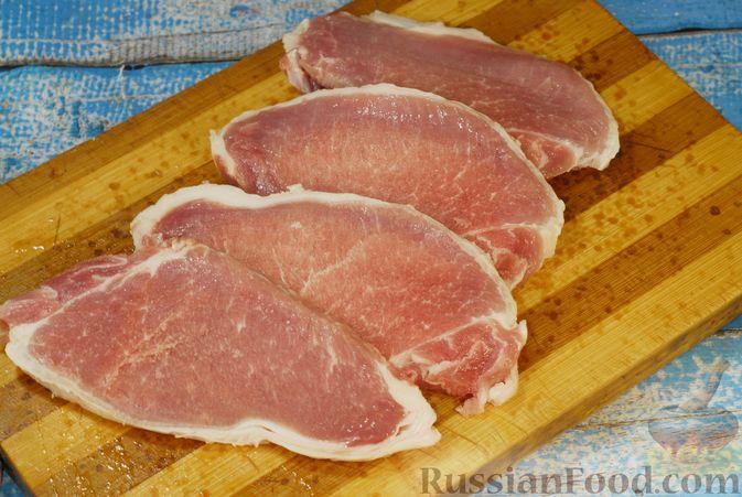 Фото приготовления рецепта: Жареная свинина с соусом из хурмы и клюквы - шаг №6