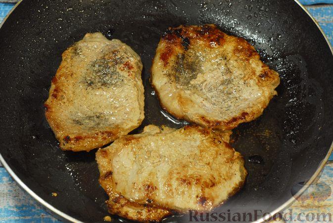Фото приготовления рецепта: Жареная свинина с соусом из хурмы и клюквы - шаг №9