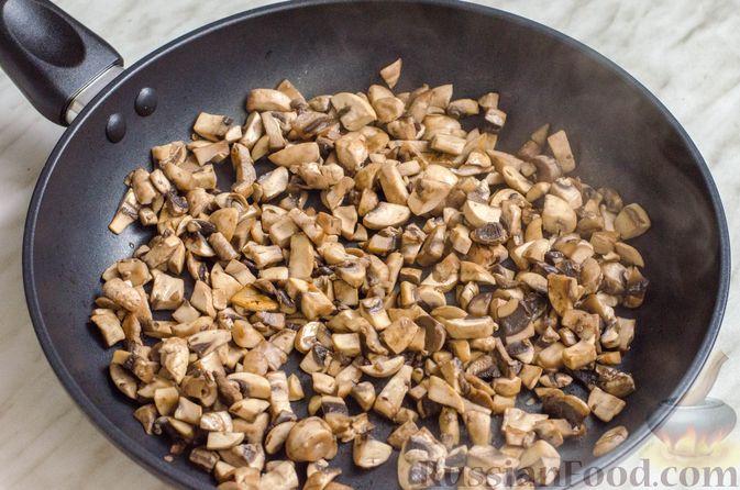 Фото приготовления рецепта: Рисовый рулет с шампиньонами, стручковой фасолью и сыром - шаг №7