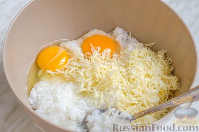 Фото приготовления рецепта: Рисовый рулет с шампиньонами, стручковой фасолью и сыром - шаг №11