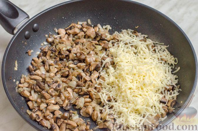 Фото приготовления рецепта: Рисовый рулет с шампиньонами, стручковой фасолью и сыром - шаг №16