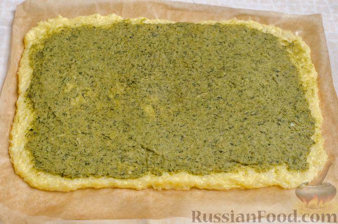 Фото приготовления рецепта: Рисовый рулет с шампиньонами, стручковой фасолью и сыром - шаг №17