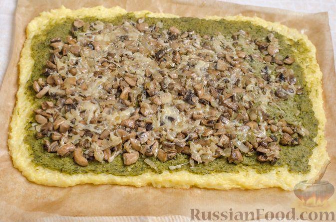 Фото приготовления рецепта: Рисовый рулет с шампиньонами, стручковой фасолью и сыром - шаг №18