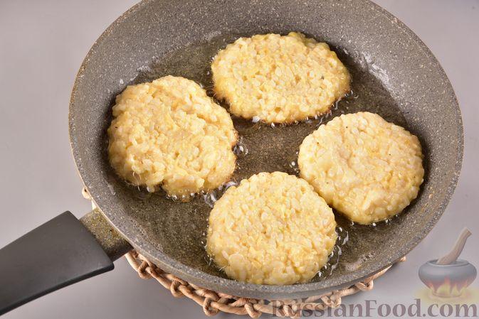 Фото приготовления рецепта: Рисовые оладьи с сыром - шаг №7