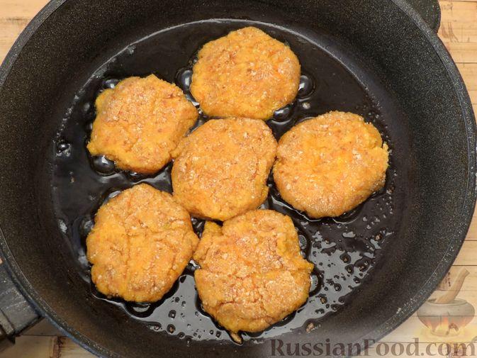 Фото приготовления рецепта: Котлеты из тыквы с картофелем - шаг №15
