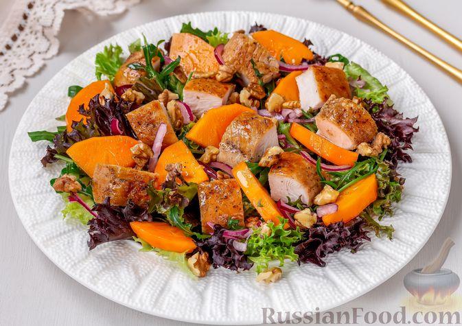 Фото к рецепту: Салат с курицей, хурмой, луком и грецкими орехами