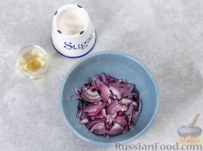 Фото приготовления рецепта: Салат с курицей, хурмой, луком и грецкими орехами - шаг №4