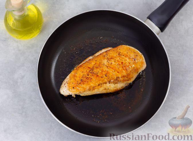 Фото приготовления рецепта: Салат с курицей, хурмой, луком и грецкими орехами - шаг №3