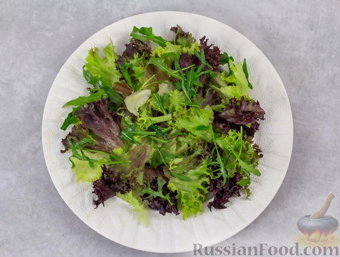 Фото приготовления рецепта: Салат с курицей, хурмой, луком и грецкими орехами - шаг №7
