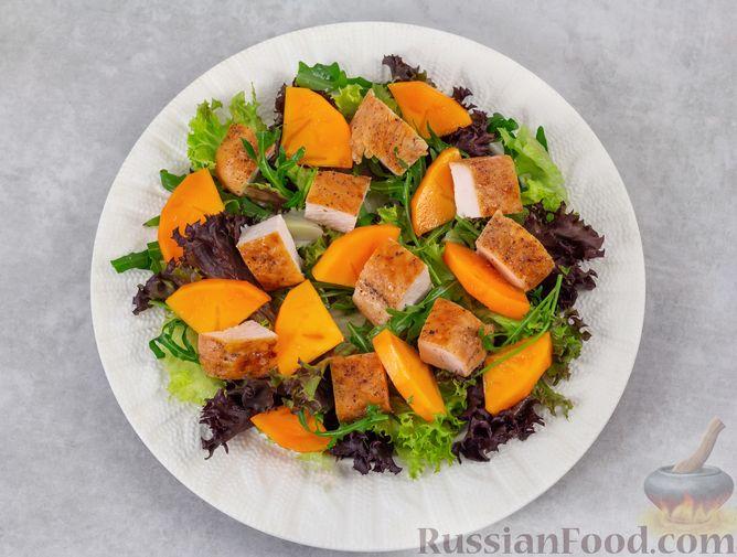 Фото приготовления рецепта: Салат с курицей, хурмой, луком и грецкими орехами - шаг №8