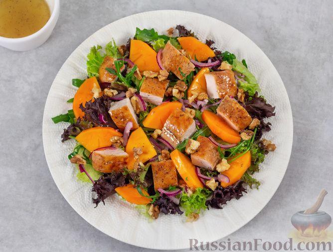 Фото приготовления рецепта: Салат с курицей, хурмой, луком и грецкими орехами - шаг №9