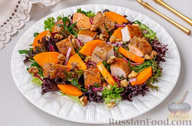 Фото приготовления рецепта: Салат с курицей, хурмой, луком и грецкими орехами - шаг №10