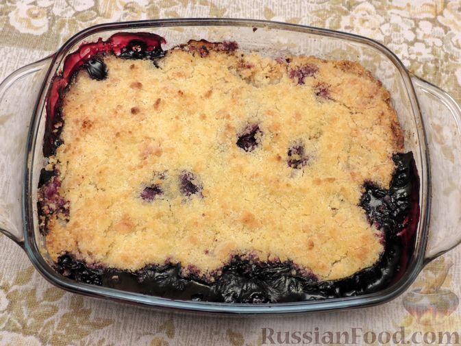 Фото приготовления рецепта: Крамбл с ягодами - шаг №6