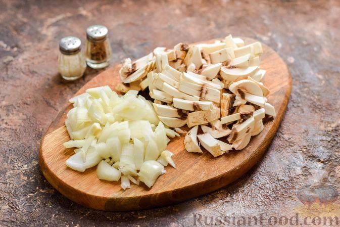 Фото приготовления рецепта: Рыбная запеканка с грибами и сметанно-сырной заливкой - шаг №2