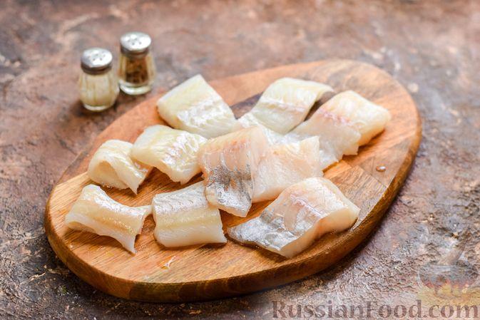 Фото приготовления рецепта: Рыбная запеканка с грибами и сметанно-сырной заливкой - шаг №4