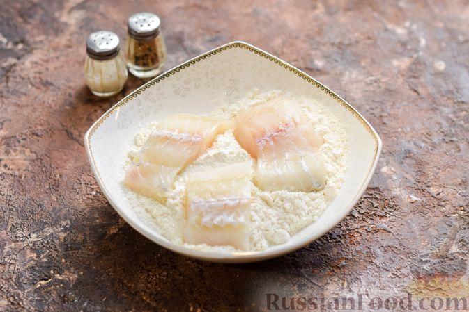Фото приготовления рецепта: Рыбная запеканка с грибами и сметанно-сырной заливкой - шаг №5