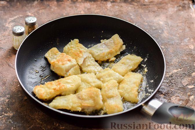 Фото приготовления рецепта: Рыбная запеканка с грибами и сметанно-сырной заливкой - шаг №6