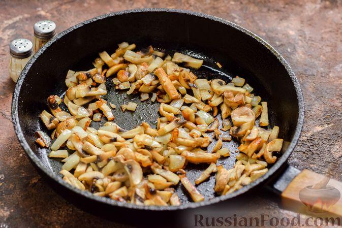 Фото приготовления рецепта: Рыбная запеканка с грибами и сметанно-сырной заливкой - шаг №3