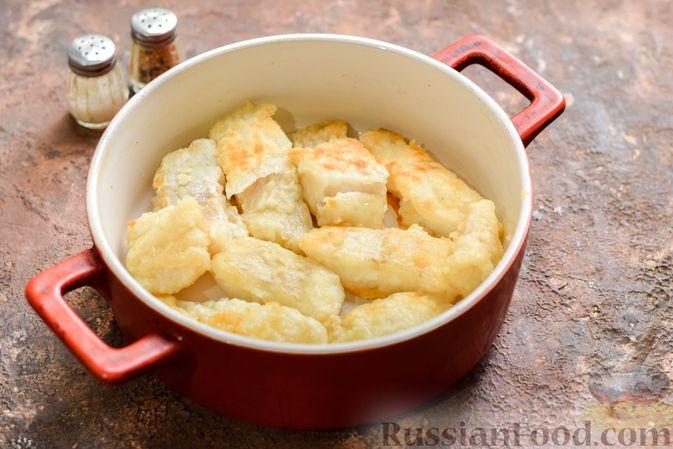 Фото приготовления рецепта: Рыбная запеканка с грибами и сметанно-сырной заливкой - шаг №11