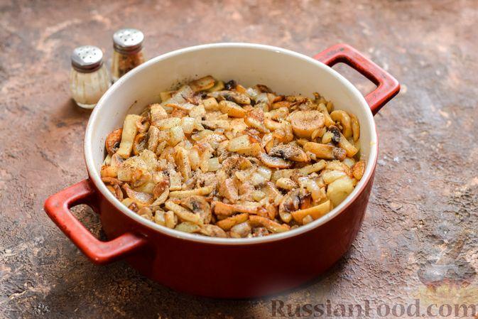 Фото приготовления рецепта: Рыбная запеканка с грибами и сметанно-сырной заливкой - шаг №12