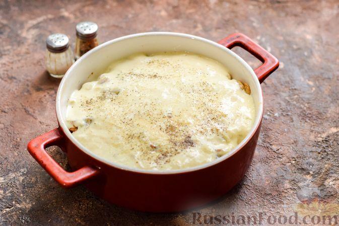 Фото приготовления рецепта: Рыбная запеканка с грибами и сметанно-сырной заливкой - шаг №13
