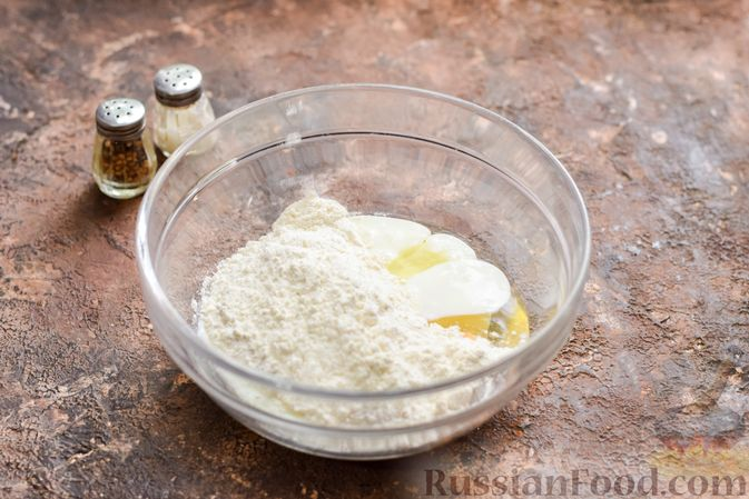 Фото приготовления рецепта: Маффины с беконом и перепелиными яйцами - шаг №5