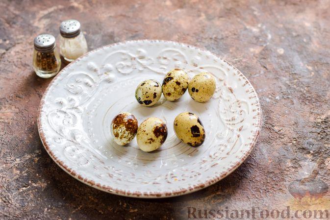 Фото приготовления рецепта: Маффины с беконом и перепелиными яйцами - шаг №9