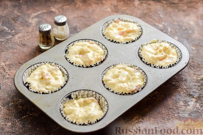 Фото приготовления рецепта: Маффины с беконом и перепелиными яйцами - шаг №11