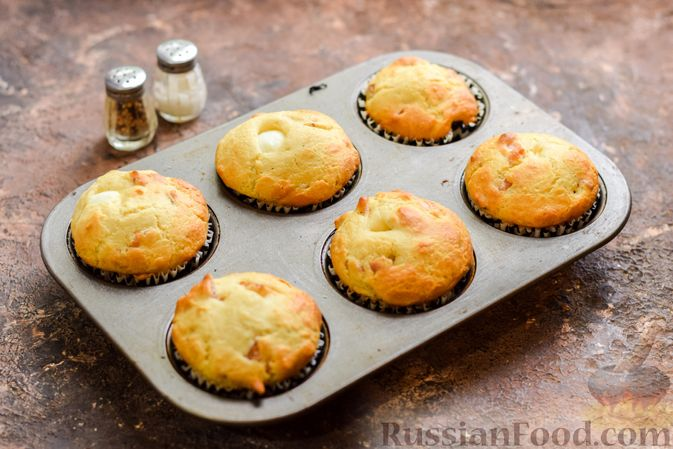 Фото приготовления рецепта: Маффины с беконом и перепелиными яйцами - шаг №12