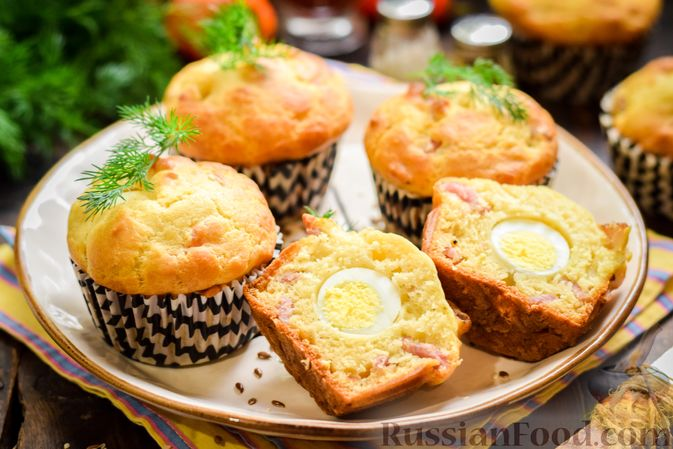 Фото приготовления рецепта: Маффины с беконом и перепелиными яйцами - шаг №13