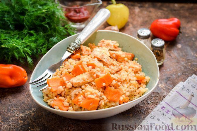 Фото к рецепту: Куриное филе, запечённое с булгуром и овощами в рукаве