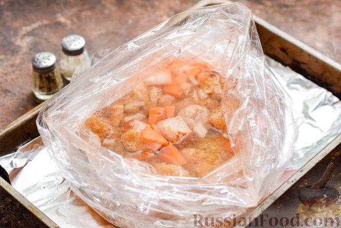 Фото приготовления рецепта: Куриное филе, запечённое с булгуром и овощами в рукаве - шаг №7