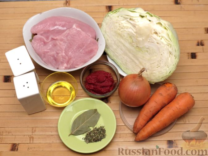 Фото приготовления рецепта: Тушёная капуста с индейкой и томатной пастой - шаг №1