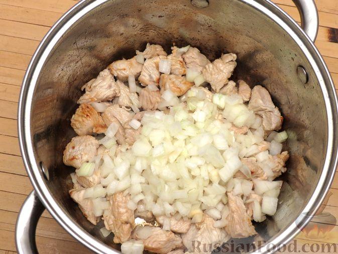 Фото приготовления рецепта: Тушёная капуста с индейкой и томатной пастой - шаг №5