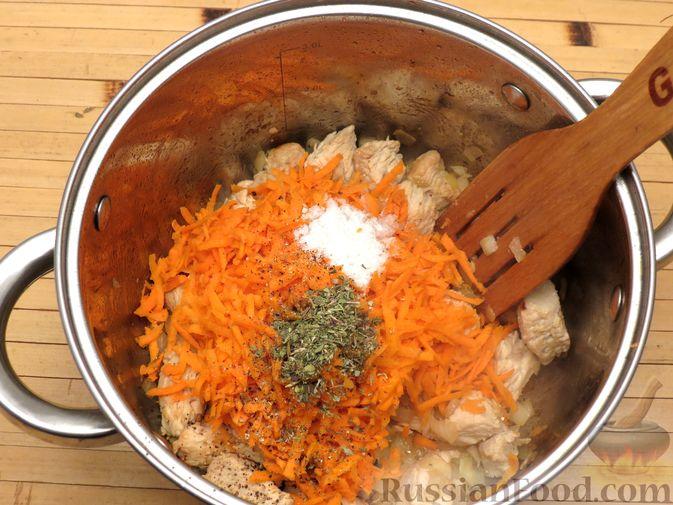 Фото приготовления рецепта: Тушёная капуста с индейкой и томатной пастой - шаг №7