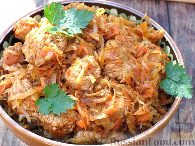 Фото приготовления рецепта: Тушёная капуста с индейкой и томатной пастой - шаг №10