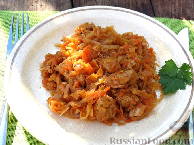 Фото приготовления рецепта: Тушёная капуста с индейкой и томатной пастой - шаг №11